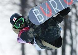 五輪・スノーボード〕スノーボード男子ハーフパイプ予選、平岡卓の1回目の演技=11日、ロシア・ソチ