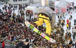 高さ約40メートルのジャンプ台から大技を繰り出す選手