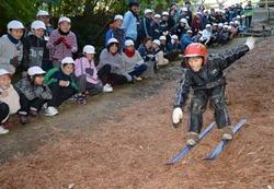 歓声を受けながら落ち葉スキーの初滑りを楽しむ児童=愛知県岡崎市の恵田小で2012年11月16日、兵藤公治撮影