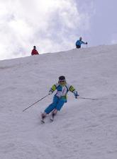 斜面を滑り下りるスキーヤー=4日、山形県西川町の月山スキー場