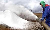 ホースから勢い良く噴き出る人工雪