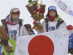 スノーボード男子HPで優勝した青野令(右)と2位の藤田一海=エルズルム(共同)
