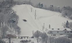 ↓オープンを前に圧雪車でゲレンデを整える作業が行われた(2014年1月22日午前8時前)