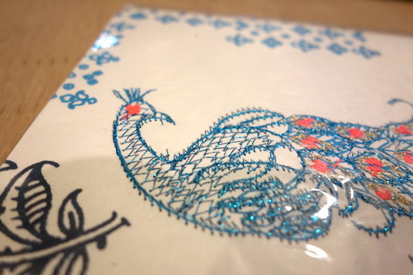 インドの表紙が刺繍ペーパーノート、クジャク柄