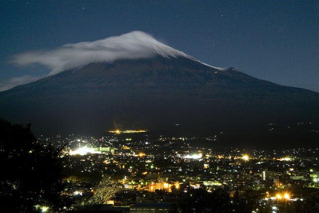 台風一過月明かりの富士