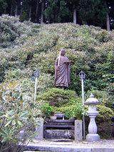 横峰寺 石楠花に包まれた弘法大師の像