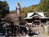 清滝寺  境内では大きな薬師如来像が目を引きます