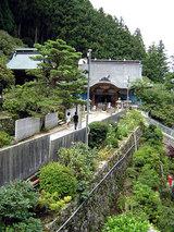 横峰寺 視界が開けてくるといきなり寺が見えてくる