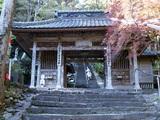 青龍寺  山門の奥へと長い階段は続きます