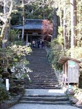 青龍寺  山の中へと参道が一直線に上っています