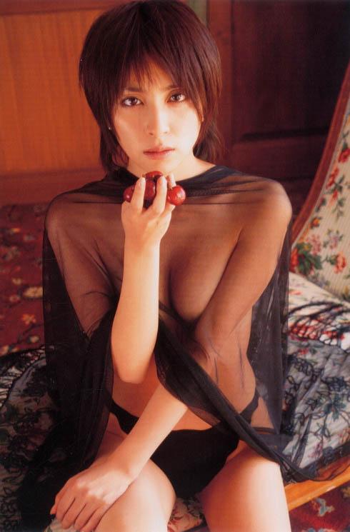 奥菜恵さんのインナー姿