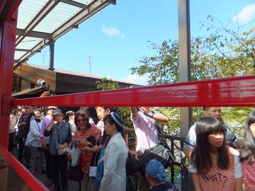 トロッコ亀岡駅・折り返し列車で嵯峨へ帰る人たち