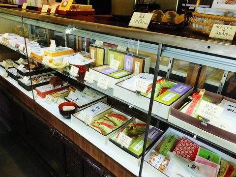 11・ちご餅以外にショーケースにはおいしそうな京菓子が並ぶ
