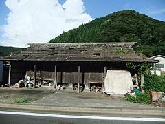 高床式の石屋根倉庫