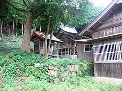 能理刀神社の拝殿奥の本殿と境内社