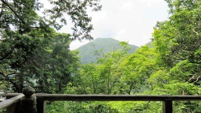 37・常燈堂回廊から見る山
