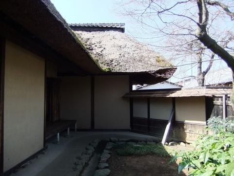 裏庭と小さな縁と茅葺