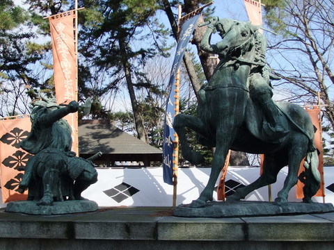 一騎討ち銅像