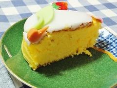 カステラの上に桃の意匠の砂糖のコーティング