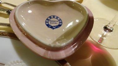 13・食器に刻印された金谷ホテルのベルトのロゴマーク