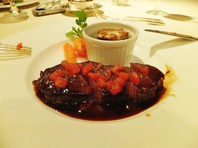 柔らかい和牛フィレ肉のステーキ・緑胡椒風味・夏野菜添え