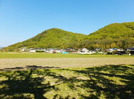 吉備の中山、左が龍王山、右が茶臼山