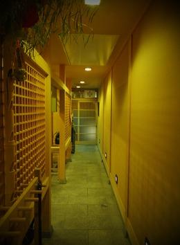 和室から入口を