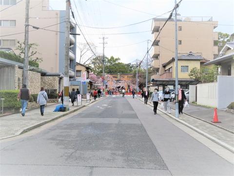 �北野天満宮北縁の道の先に平野神社