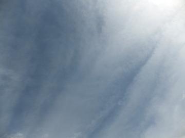 春一番に雲が掃かれてゆく