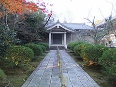 旧霊宝殿前の紅葉