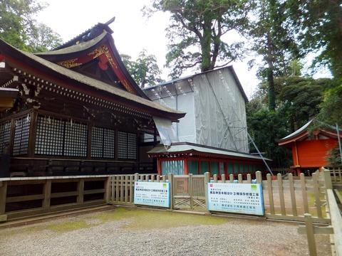 拝殿の奥、葺き替え中の本殿は覆われていた