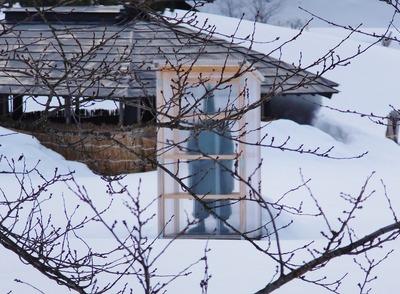 11・雪囲いされた源義家像