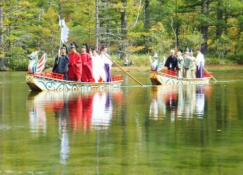 湖面に映じる装束