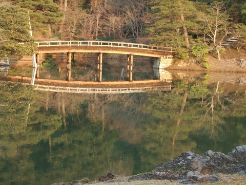 浴龍池に映る土橋