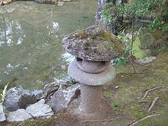 松琴亭石橋手前の灯篭