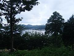 拝殿前から西泊の港を見下ろす