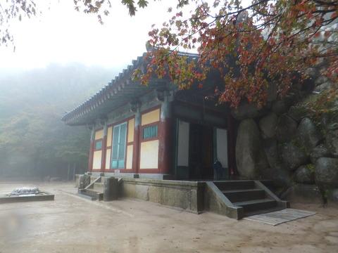 洞窟の前面を覆う御堂