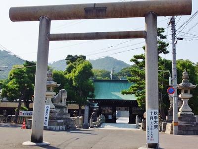 1・石清尾八幡神社の後背に石清尾山を見る