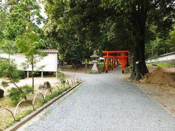 稲荷神社鳥居前を左に向かう