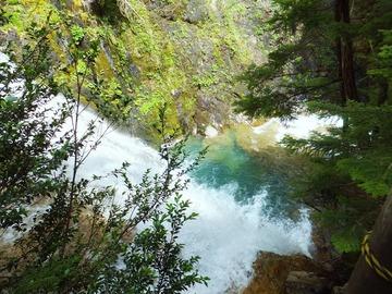 三本滝手前にも清冽な滝が