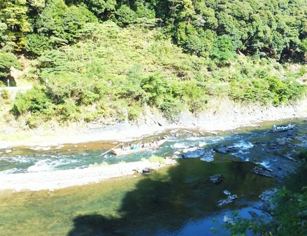 眼下に保津川を下る二艘の舟が見えました