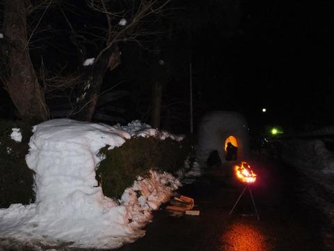 5・除雪したところにかがり火が