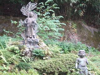 境内東側の山手に仏像群が