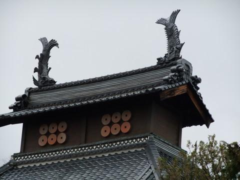 本堂大棟の鯱と六連銭