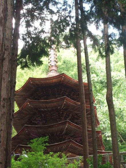 詰組の見える三重塔