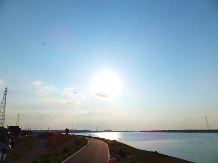 利根川に傾く太陽