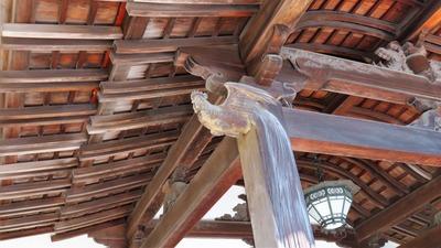 5・唐破風の柱には尾長鶏の木鼻、柱には長い尾が掘り出されている