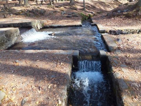 三角柱石で湧水が三方向へ分かれる