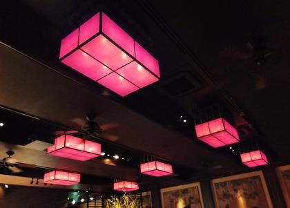 8・藤色の間接照明が落ち着いた雰囲気を醸し出す