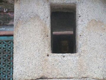 石灯籠から見える仏様
